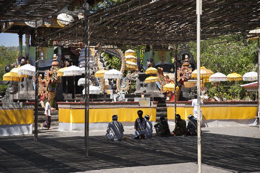 Family prayers at Melanting temple, Bali
