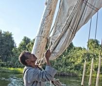 Captain Mohamed unfurling the sail on the dahabiya