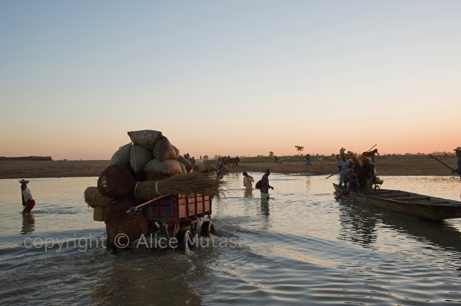 Djenne river crossing - after Monday market