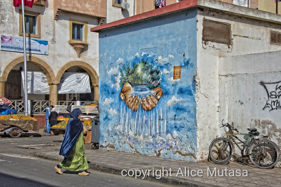 Street art and orange sellers near Bab Doukalla