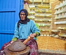 Layamna making argan oil