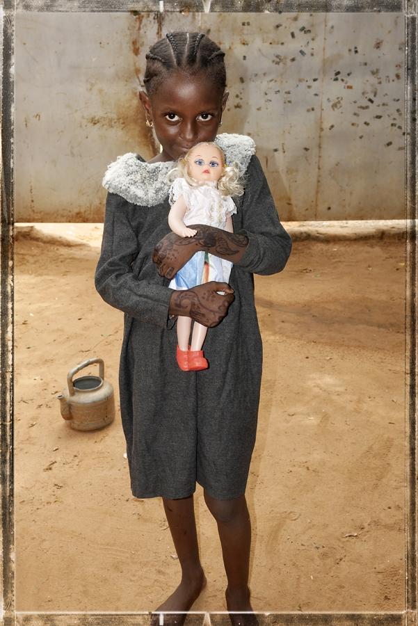 Nana et sa poupée