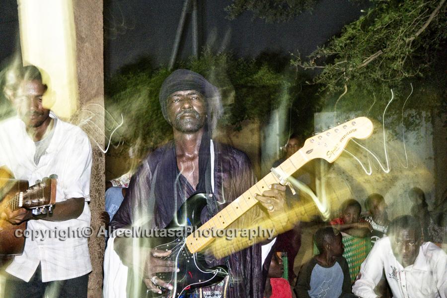 Abdoulaye joue les chansons de Koudede